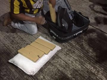 Jovem é presa com 10Kg de maconha dentro de malas