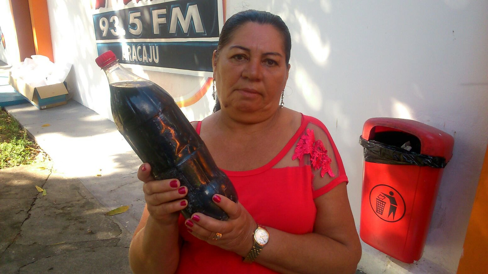 Sergipe – Moradora de Areia Branca denuncia sujeira na água que ...